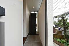 玄関から見た内部の様子。細長い玄関です。(2016-09-28,周辺環境,ENTRANCE,1F)