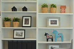飾り棚には小物がたくさん。(2016-09-28,共用部,LIVINGROOM,1F)