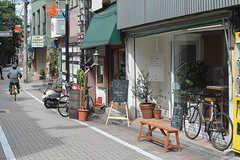 商店街には昔ながらのお店以外にも、カフェや美容室もあります。(2016-09-28,共用部,ENVIRONMENT,1F)