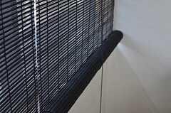 落ち着いたテイストのロールカーテン。(2013-04-19,共用部,LIVINGROOM,1F)