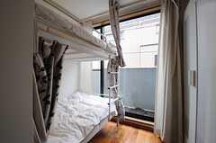 ドミトリーの様子2。掃出窓からはベランダに出られます。(201号室)(2013-04-19,専有部,ROOM,2F)