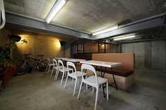 ガレージの様子。ちょっとした休憩スペースがあります。(2013-04-19,共用部,GARAGE,)