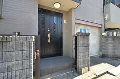 シェアハウスの玄関ドア。(2015-03-24,周辺環境,ENTRANCE,1F)