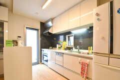 キッチンの様子。キッチンの対面は専有部ごとに収納スペースが用意されています。収納スペースは2箇所用意されています。(2017-08-07,共用部,KITCHEN,1F)