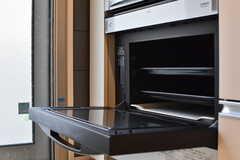 IHクッキングヒーターの下はオーブンが設置されています。(2017-08-07,共用部,KITCHEN,1F)