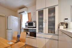 キッチンの脇は収納棚と食器棚が並んでいます。収納棚にはキッチン家電が並んでいます。(2017-08-07,共用部,KITCHEN,1F)