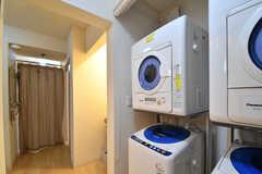 洗濯機と乾燥機は2台ずつ設置されています。対面がバスルームです。(2017-08-07,共用部,LAUNDRY,1F)