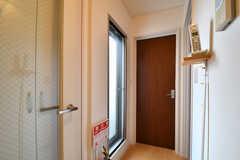 廊下の様子。掃出し窓からベランダへ出られます。(2017-08-07,共用部,OTHER,3F)