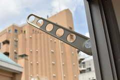 ベランダには物干し金具が設置されています。(303号室)(2017-08-07,専有部,ROOM,3F)