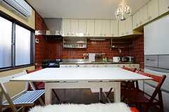 ソファスペースからキッチンを見るとこんな感じ。(2013-01-04,共用部,LIVINGROOM,1F)
