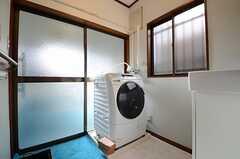 バスルームの脱衣室の様子。洗濯機が置かれています。(2013-01-04,共用部,LAUNDRY,1F)
