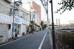 小田急線・参宮橋駅からシェアハウスへ向かう道の様子。(2013-01-04,共用部,ENVIRONMENT,1F)