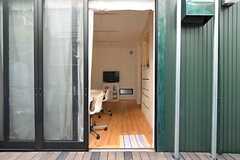 シェアハウスの玄関の様子。ドアの先はリビングです。(2014-05-22,周辺環境,ENTRANCE,1F)