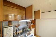 キッチン上の収納は専有部ごとにスペースが決まっています。(2016-03-24,共用部,KITCHEN,1F)