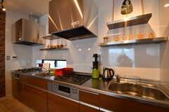 キッチンの様子。シンクとガスコンロが2つずつ用意されています。(2017-03-16,共用部,KITCHEN,3F)