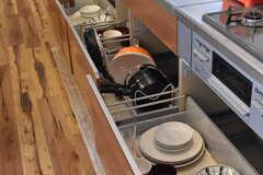 キッチンの下には共用の食器や、フライパン類が収納されています。(2017-03-16,共用部,KITCHEN,3F)
