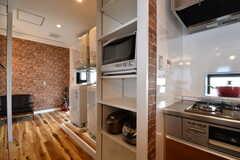 キッチン脇の収納棚に、キッチン家電が置かれています。収納棚の対面は専有部ごとの収納スペースです。(2017-03-16,共用部,KITCHEN,3F)