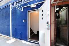 玄関ドアを開けると、すぐ左手に階段があります。(2012-08-29,周辺環境,ENTRANCE,1F)