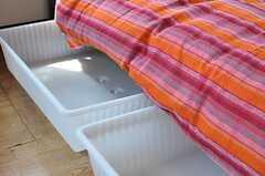 ベッド下収納の様子。(401号室)(2012-08-29,専有部,ROOM,4F)