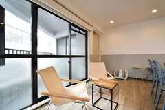 窓側のテーブル席の様子。奥にフットマッサージ機が置かれています。(2017-04-27,共用部,LIVINGROOM,3F)