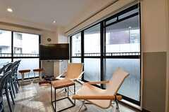 窓側のテーブル席の様子2。掃き出し窓からベランダへ出られます。(2017-04-27,共用部,LIVINGROOM,3F)