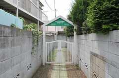 シェアハウスの門扉の様子。アプローチの突き当たり右奥に建物があります。(2011-08-17,共用部,OTHER,1F)