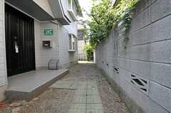 自転車置場の様子。敷地内であれば自転車を置くことができますが、通行の妨げにならないようご注意を。  (2011-08-17,共用部,GARAGE,2F)