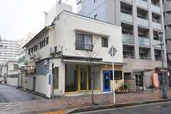建物の外観。1Fにはカフェが入っています。(2014-02-27,共用部,OUTLOOK,1F)