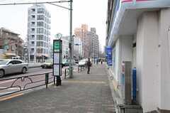 シェアハウスの周辺の様子。渋谷行きのバス停がすぐ近くにあります。(2014-02-27,共用部,ENVIRONMENT,1F)