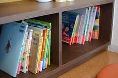 TVボードの収納には、絵本や子育てにまつまる本が並んでいます。(2014-03-11,共用部,LIVINGROOM,1F)