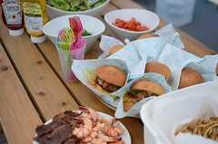周辺のレストランから取り寄せたハンバーガーやサラダなども。(House Trip -代官山にいきつけをつくる-)(2014-07-27,共用部,PARTY,5F)