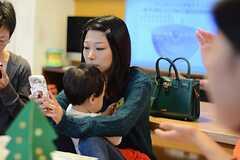 「子育てシェア」のサービスは携帯やスマートフォンで登録・利用ができるそう。(2014-11-01,共用部,PARTY,1F)