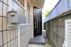 シェアハウスの正面玄関とポストの様子。(2011-09-09,周辺環境,ENTRANCE,1F)