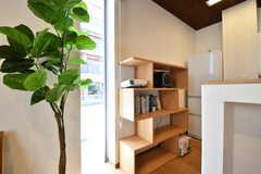 共用の本棚の様子。本棚の上にはスピーカーやプロジェクターが置かれています。(2017-04-17,共用部,LIVINGROOM,1F)