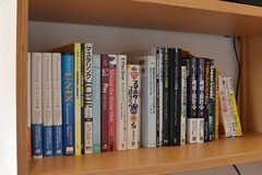 共用の本棚の様子2。エンジニア関係の書籍が並んでいます。(2017-04-17,共用部,OTHER,1F)