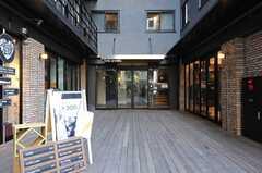 エントランスの様子。1Fにはカフェやショップなどのテナントが並んでいます。(2013-10-30,周辺環境,ENTRANCE,1F)