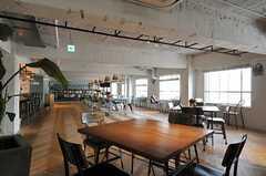ラウンジの様子2。2Fオフィスの方も利用します。(2013-10-30,共用部,LIVINGROOM,6F)
