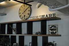 ソファスペース脇の棚は、2Fオフィスのテナントさんのディスプレイとしても使われているのだそう。(2013-10-30,共用部,LIVINGROOM,6F)