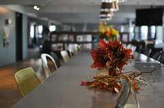テーブルに飾られたお花の様子。(2013-10-30,共用部,LIVINGROOM,6F)
