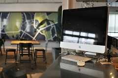 カウンターには大型のiMacが置かれています。(2013-10-30,共用部,PC,6F)