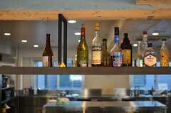 カウンター上部の棚には、お酒が並んでいます。(2013-10-30,共用部,KITCHEN,6F)
