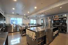 キッチンの様子4。奥にストックルームがあります。(2013-10-30,共用部,KITCHEN,6F)
