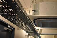 廊下上部に付けられたレールは、配線の目隠しと間接照明を兼ねています。(2013-10-30,共用部,OTHER,5F)
