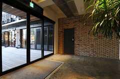 エントランス・ロビー脇のドアの先に宅配ボックスやポスト、ガレージがあります。(2013-10-30,共用部,OTHER,1F)