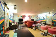 シェアハウスのリビングの様子2。玄関側から見て右側は、一面が鏡張りになっています。(2011-09-22,共用部,LIVINGROOM,4F)
