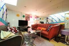 ソファは向かい合って設置されています。(2011-09-22,共用部,LIVINGROOM,4F)