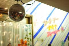 ライトを反射してキラキラのミラーボール。(2011-09-22,共用部,LIVINGROOM,4F)
