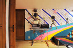シェアハウスのリビングの様子4。電子レンジや炊飯器もあります。(2011-09-22,共用部,LIVINGROOM,4F)