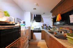 キッチンの様子。左手には部屋ごとに分けられた食材などを置くスペースがあります。(2011-09-22,共用部,KITCHEN,4F)