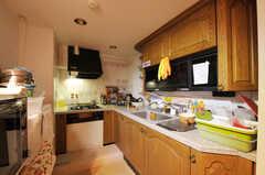 キッチンの様子2。コンロ前の床は一段上がっているのでご注意を。(2011-09-22,共用部,KITCHEN,4F)
